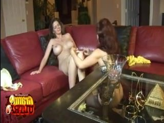 Смотреть секс лесбиянок - брюнетка трахает подругу фиолетовым членом на диване