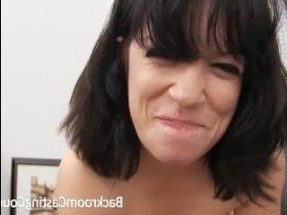 Брюнетка отдалась на столе на порно кастинге зрелых