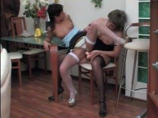 Две русские лесбиянки лижут киски и ебутся страпоном