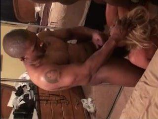 Очаровательная блондинка жарко отсасывает негру и отдается ему