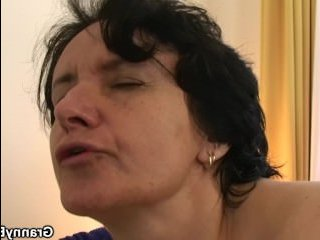 Видео секс: молодой ебет старую брюнетку с волосатой пиздой
