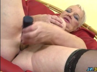 Жаркий секс с бабушкой с большими дойками на кресле