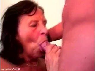 Моложавый сын трахает бабушку в пизду и дает ей в рот