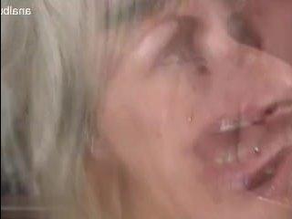 Зрелая блондинка сосет у негра большой хуй и ебется с ним
