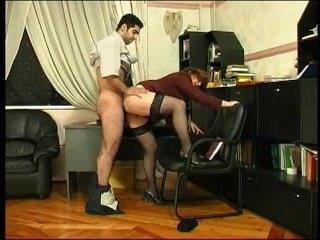 Мужик сосет сиськи своей подопечной девушки в офисе