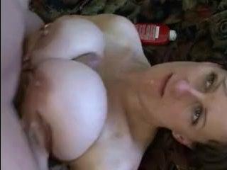 Зрелая мама с огромными сиськами даёт в анал и визжит от кайфа