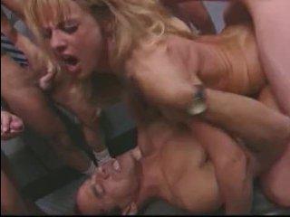 блондинка сосет большой член парня и отдается в ему пизду