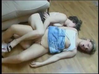 Лесби с маленькой грудью трахается с женщиной