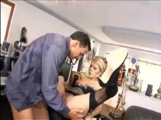 Горячая зрелая женщина с красивой попой трахается в офисе