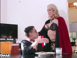 Домашние оргии молодых: длинноволосую блондинку Бренди дрючат в мокрую киску