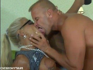 Русский секс с женой: сисястая блондинка в колготках трахается с мужем на столе