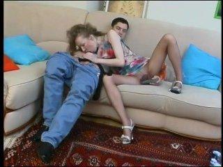 Парень привел домой и трахнул телочку в колготках на диване