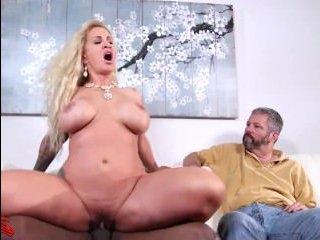 Негр трахает блондинку большим членом перед ее мужем