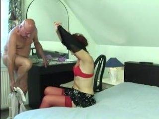Старый дед трахает бабушку, кончая ей на пизду
