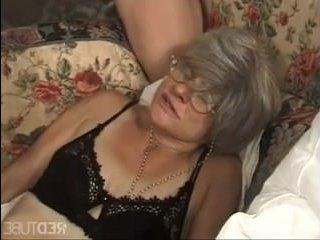 Ненасытную бабушку ебут толпой, кончая ей в рот