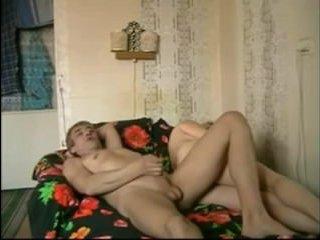Домашнее порно: зрелая женщина трахается с мужем на камеру