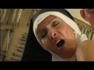 Монашка-мама классно сосет два хуя и ебется с двойным проникновением