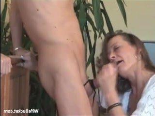 Стройная девушка делает глубокий минет со спермой