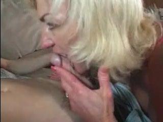 Молодой внук ебет бабушку в рот и вагину на диване