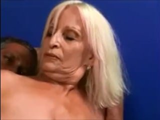 Взрослый мужчина выебал зрелую бабу у нее дома