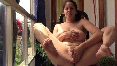 Порно со взрослой мамкой, которая курит и мастурбирует