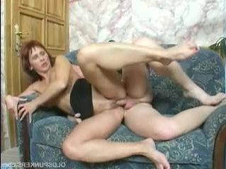 Смотреть видео: секс со зрелой женщиной и молодым парнем