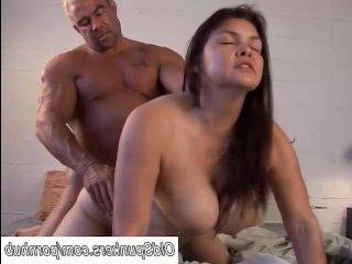 Секс: негр трахнул шикарную брюнетку большим членом