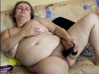 Зрелые волосатые русские мастурбируют свои киски на камеру