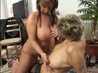 Немецкое порно: зрелые женщины устроили развратную оргию