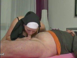 Жирная зрелая пизда монашки уселась на член мужика