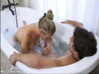 Порно со зрелой блондинкой, ебущейся в ванне с парнем