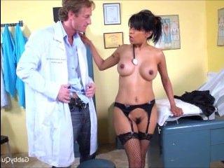 Зрелая попка в черных чулках соблазнила доктора