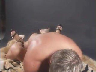 Молодая пара занимается красивым сексом на диване