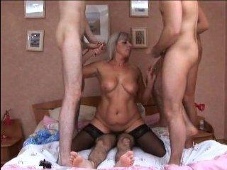 Толпа мужиков кончают во влагалище одной русской женщине