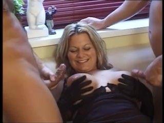 Групповое порно: женщин в возрасте привлекает секс с двумя парнями