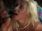 Мужики устроили двойное проникновением 50 летней блондинке