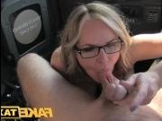 Блондинка отдалась в машине таксисту, расплатившись пиздой за проезд