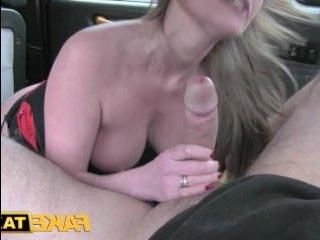 Жаркое порно сексуальной грудастой мамаши и зрелого самца