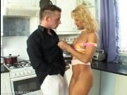 Секс: оттрахал блондинку парень прямо на ее кухне