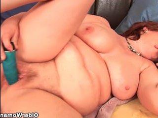 Полная зрелая женщина дрочит пизду мастурбатором