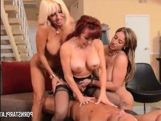 Три лесбиянки с большой грудью трахаются с мужиком