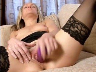 зрелая раздвигает ноги и мастурбирует дома