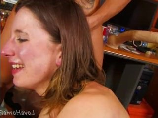 Секс: двое мужчин и одна женщина ебутся на диване