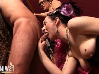 Порно вечеринка: зрелые дамы и мужчины в масках