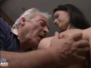 Смотреть как дедушка ебет молодую красотку в пизду на столе