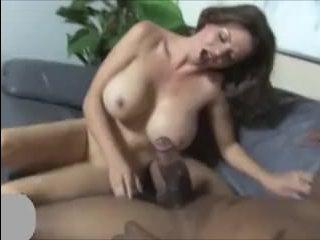 Сексуальная мамаша, зрелая, глубоко сосет и ебется с негром