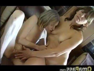 Порно со старыми мамками и бабками, которые мастурбируют друг другу вагины