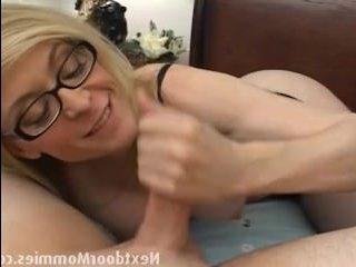 Зрелые бабы в порно умеют делать отличный минет