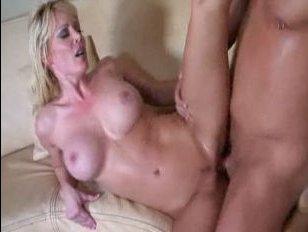 Зрелая блондинка занимается сексом со своим лысым любовником