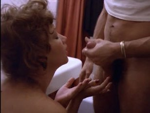 Порно с мамкой в ванне: привиделся молодой парень, который ее трахнул